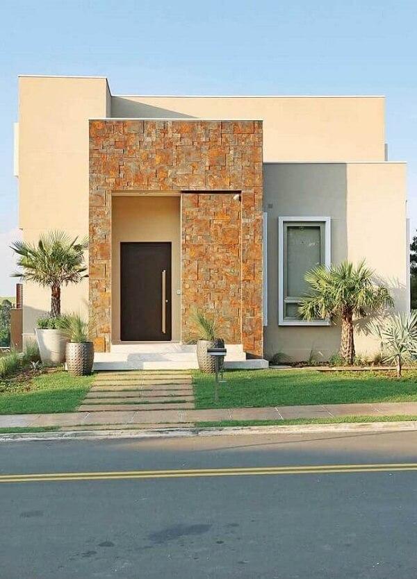 Fachada de casa com muro de pedra ferro