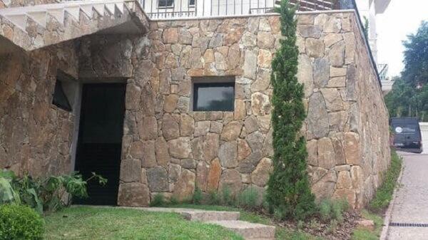 Fachada de muro com pedras bolão