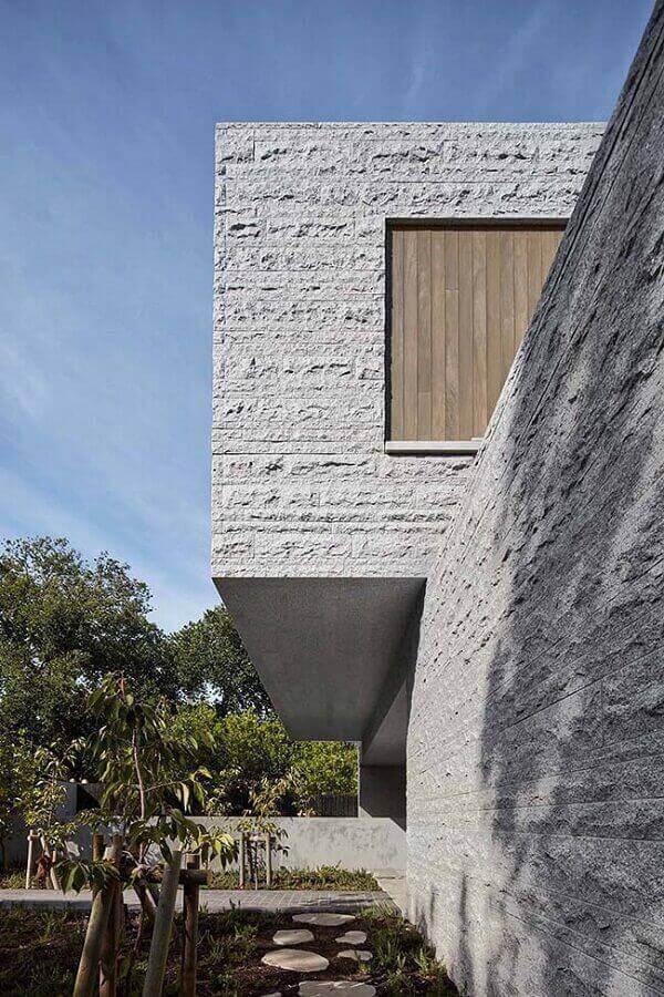 Inove no projeto faça o revestimento de toda a casa com muro de pedra Miracema