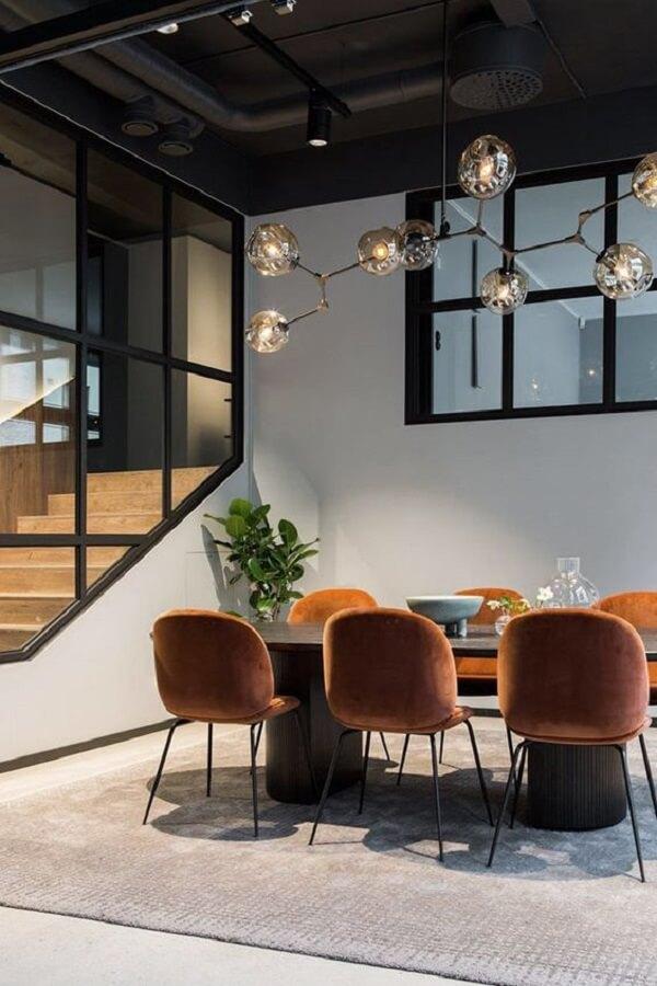 Lustre industrial com ramificações alongadas são perfeitas para mesas retangulares