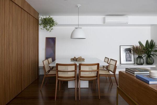 Mesa de jantar de vidro e painel ripado de madeira para sala de jantar