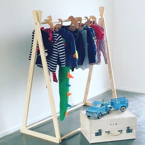 Modelo de arara cabideiro de madeira para quarto infantil