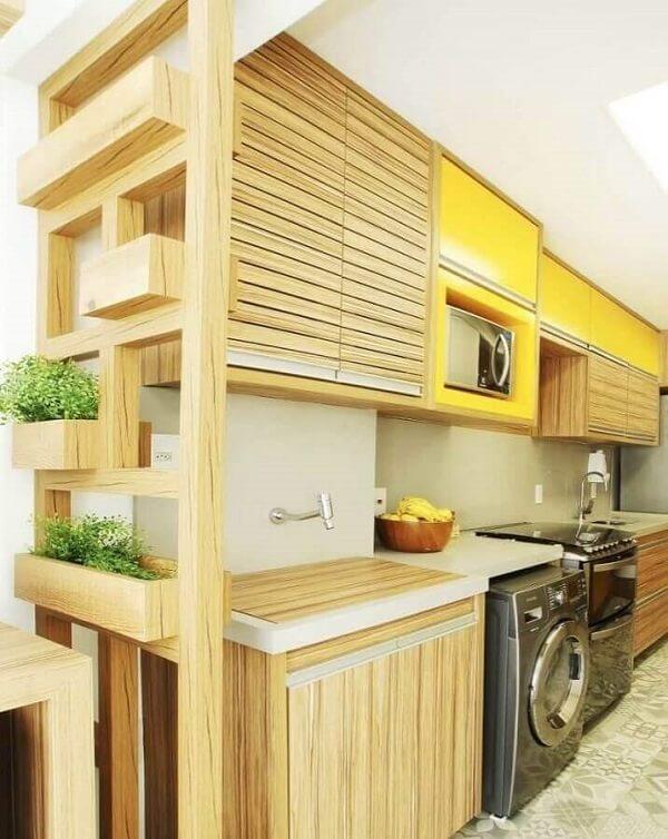 Modelo de cozinha com área de serviço simples aberta planejada com armários de madeira