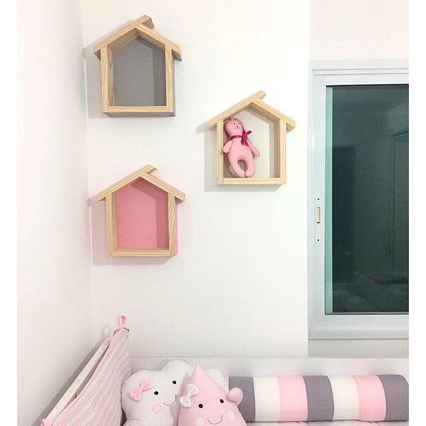 Modelo de nicho em forma de casinha com fundo colorido