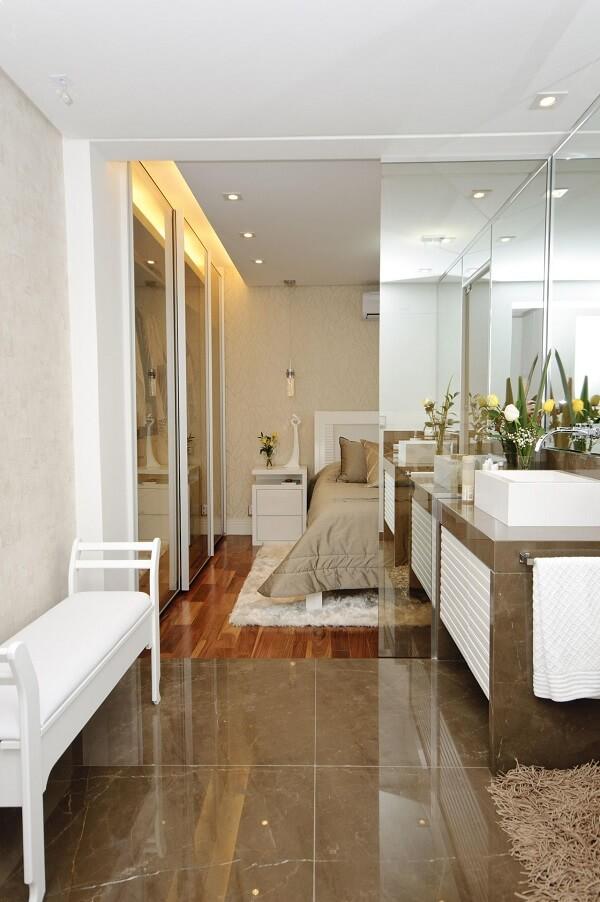 Modelo de quarto com suíte com decoração clean e funcional