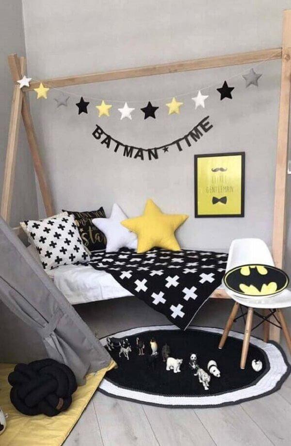 Modelo de tapete de crochê para quarto de menino decorado com cama casinha