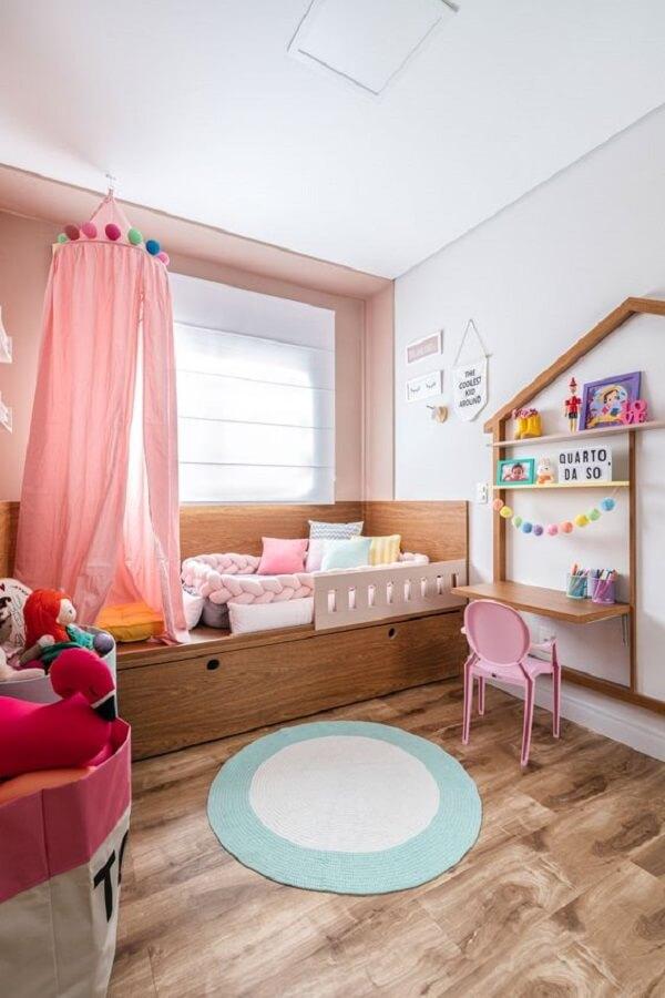 Modelo de tapete redondo para quarto infantil com cores neutras