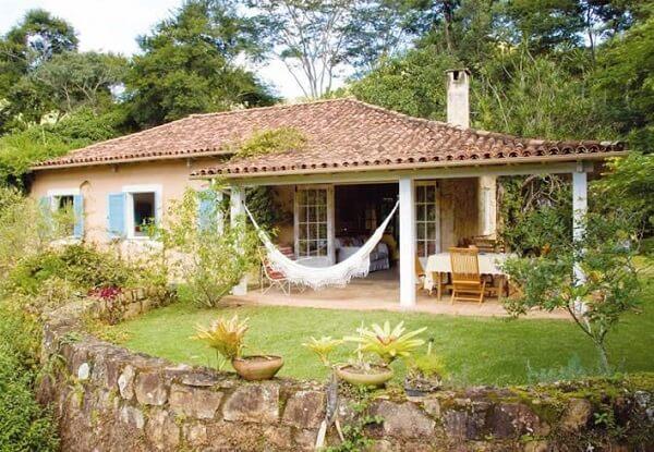 Muitas casas de campo pequenas com varanda contam com mobiliário de madeira