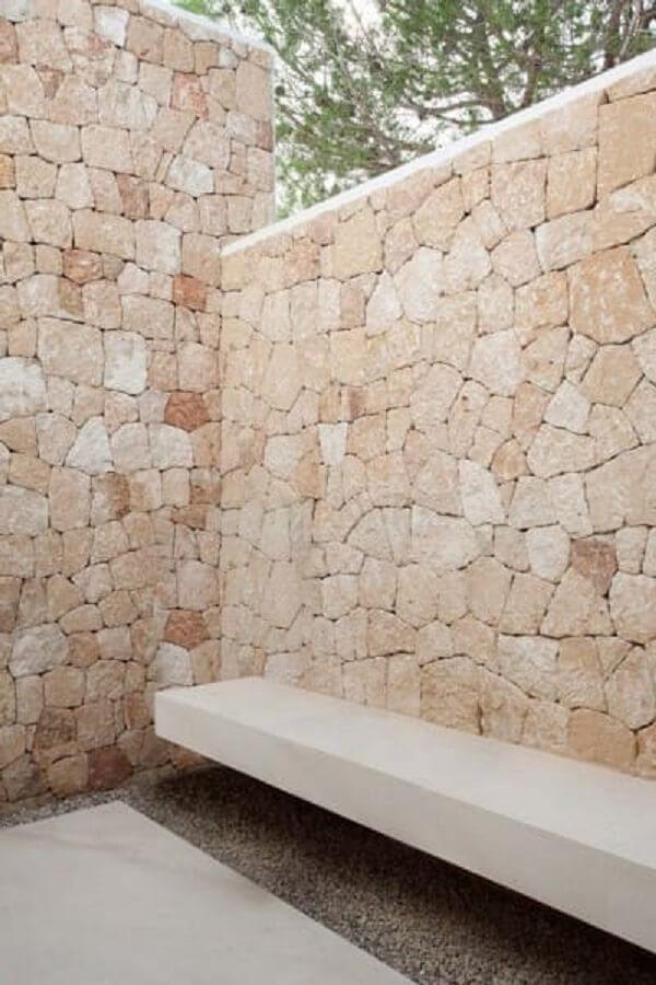 Muro de pedra madeira traz privacidade para a área externa
