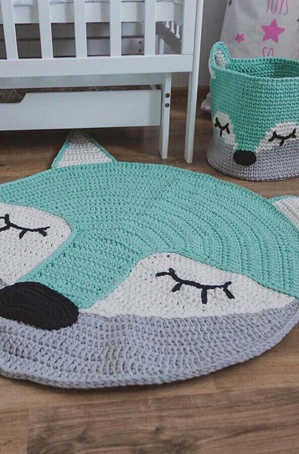 Na decoração o tapete de crochê para quarto infantil combina com o cesto de crochê