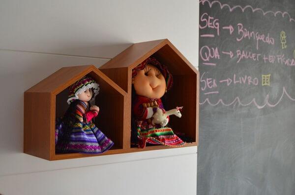 Nicho em formato de casinha e parede de giz decoram o quarto infantil