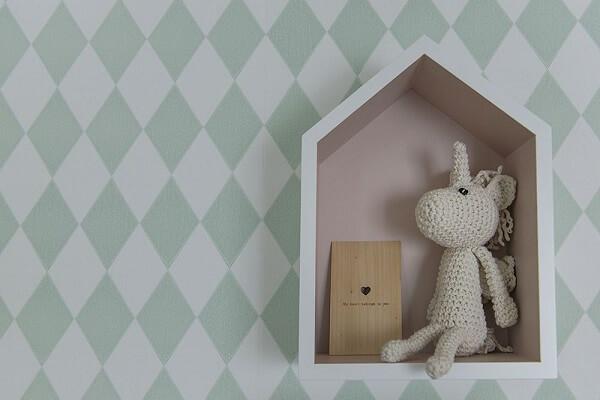 Nicho em formato de casinha serve de suporte para pelúcias