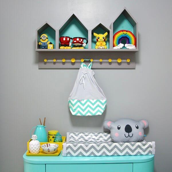 Nichos de casinha decoram esse quarto de bebê