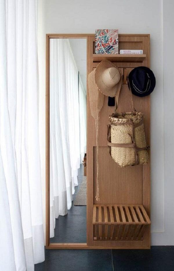 O espelho embutido traz ainda mais funcionalidade ao cabideiro de madeira para bolsas