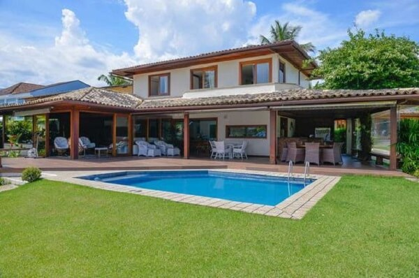 O lugar perfeito para colocar a piscina é em frente a varanda, assim, é possível vigiar as crianças enquanto elas brincam