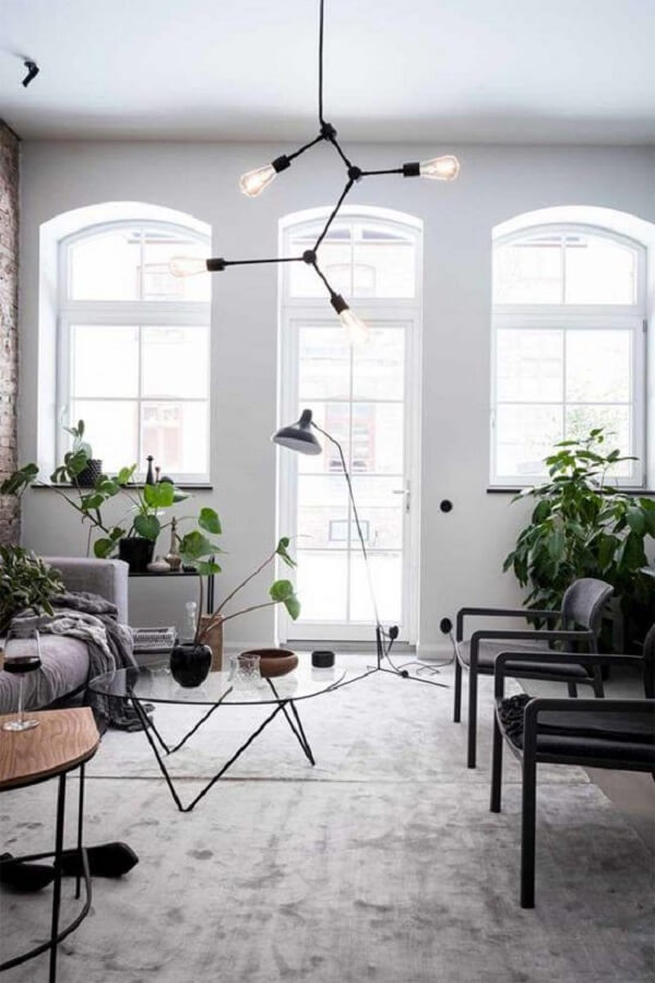 O lustre estilo industrial para sala apresenta várias ramificações