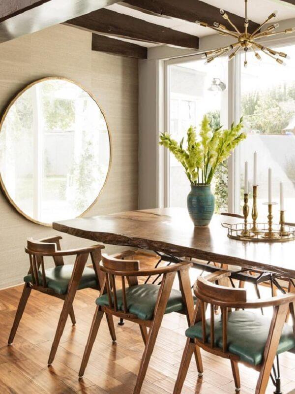 O lustre industrial cobre se conecta com o acabamento dos castiçais da mesa