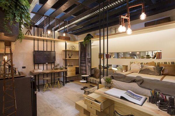 O lustre industrial ilumina a cama do quarto de casal