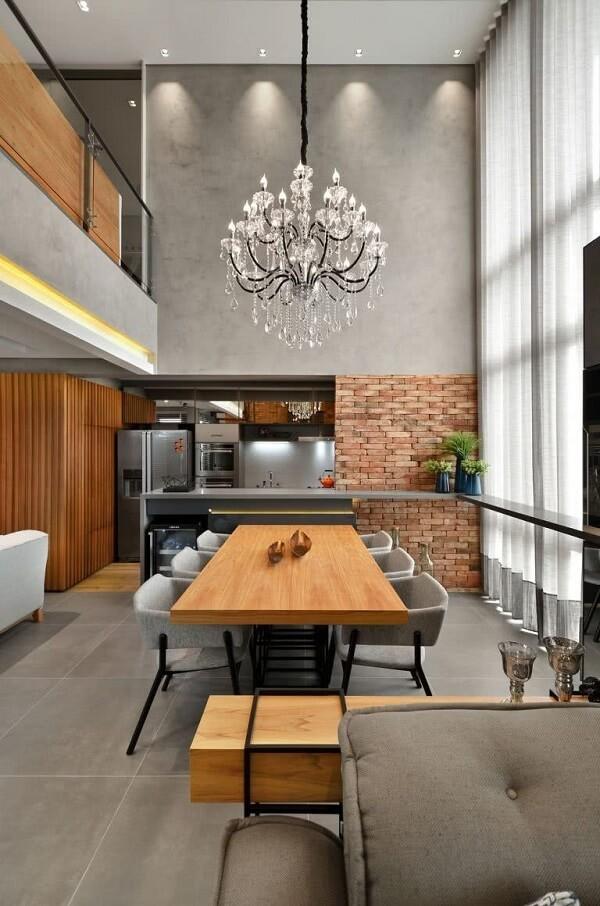 O lustre industrial preto transformou a decoração dessa sala de jantar