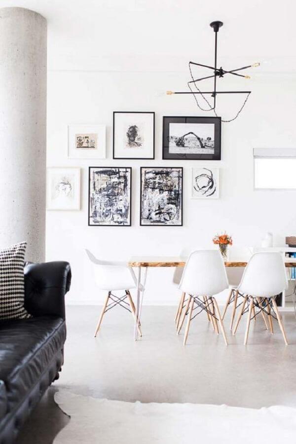 O lustre industrial traz um toque especial para a sala de estar