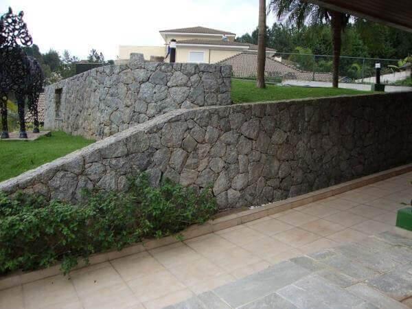 O muro de arrimo de pedra é muito usado em projetos paisagísticos