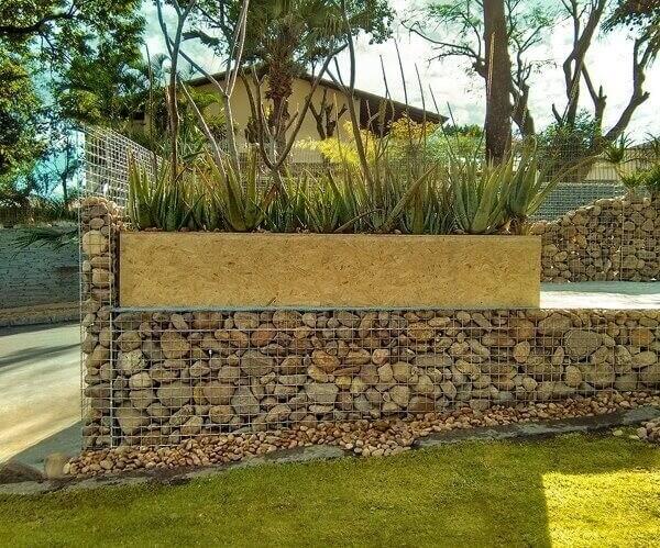 O muro de arrimo de pedra é usado para conter o solo em áreas de declive