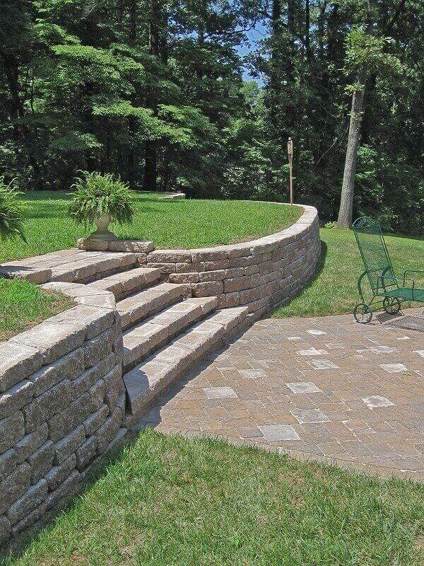 O muro de pedra arrimo tem a função de conter o solo em áreas de declive