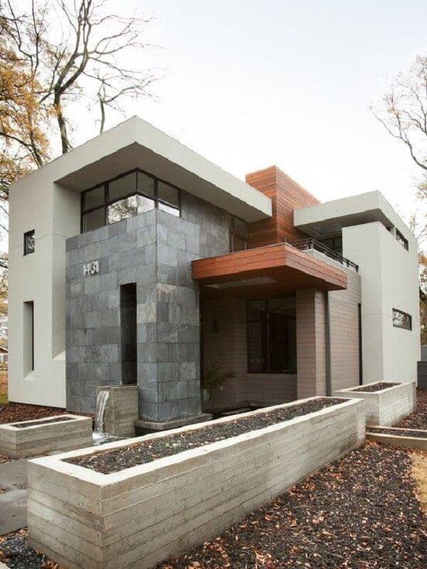 O muro de pedra de ardósia deixa a fachada elegante