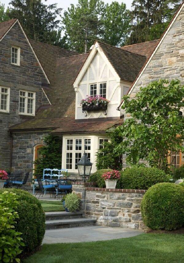 O muro de pedra traz ainda mais charme para essa casas de campo