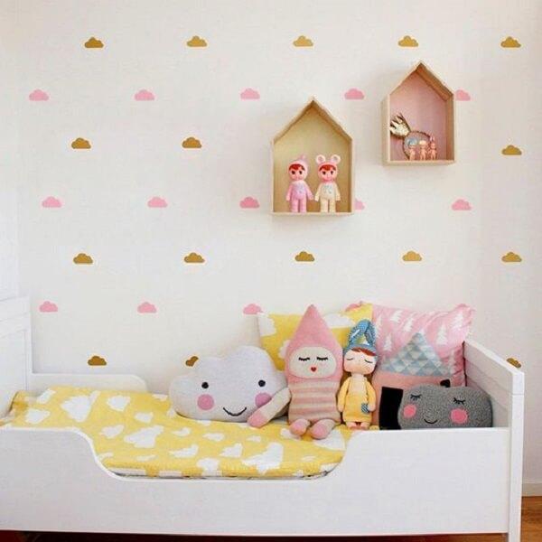 O nicho casinha em mdf foi fixado sobre a cama infantil