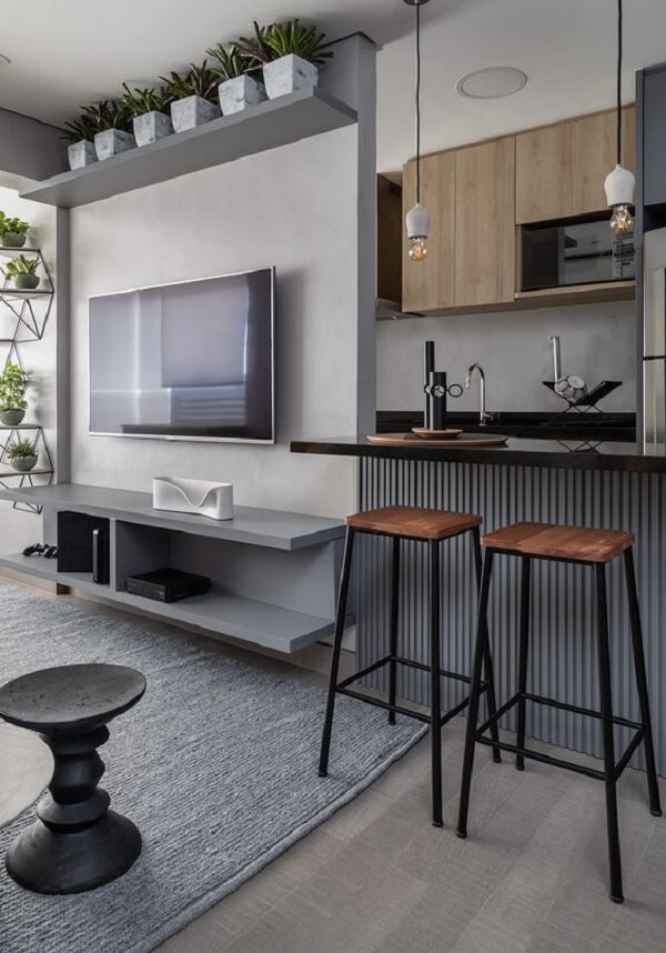 O painel ripado cinza se encaixa em ambientes com pegada industrial