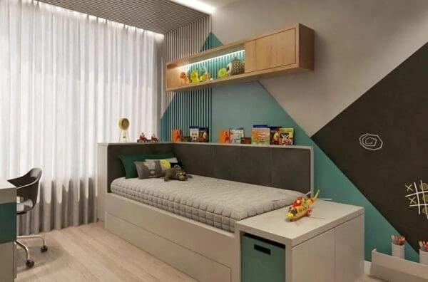 O painel ripado de madeira pintado agrega ainda mais personalidade ao quarto infantil