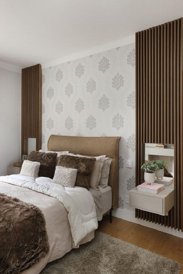 O painel ripado preenche a parede lateral da cama de casal