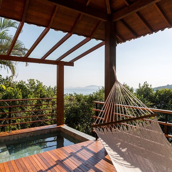 O pergolado é uma ótima forma de cobrir a estrutura das casas de campo rústicas com varanda