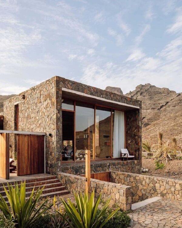 O revestimento de pedra para muro bolão se mistura com a paisagem