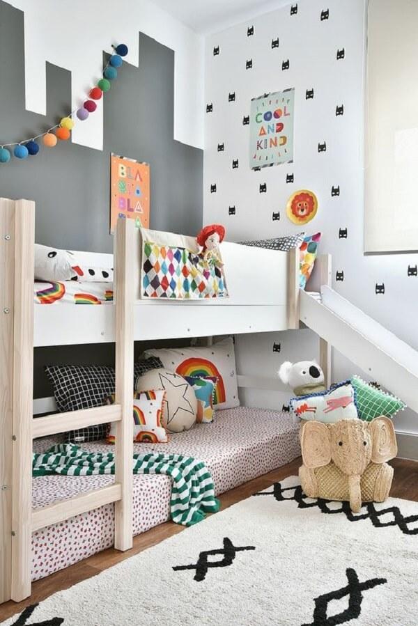 O tapete grande para quarto infantil traz neutralidade para o espaço