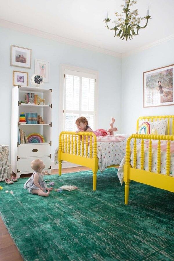 O tapete grande para quarto infantil verde se conecta facilmente com as camas amarelas