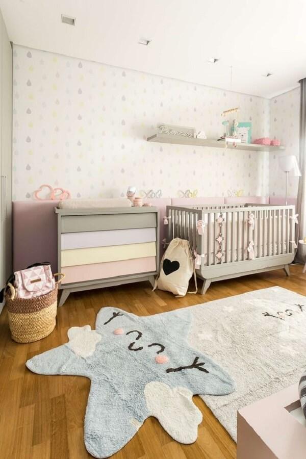 O tapete para quarto infantil com forma de estrela traz aconchego para a decoração