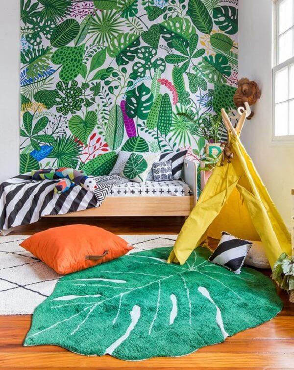 O tapete para quarto infantil em folha é o grande protagonista da decoração