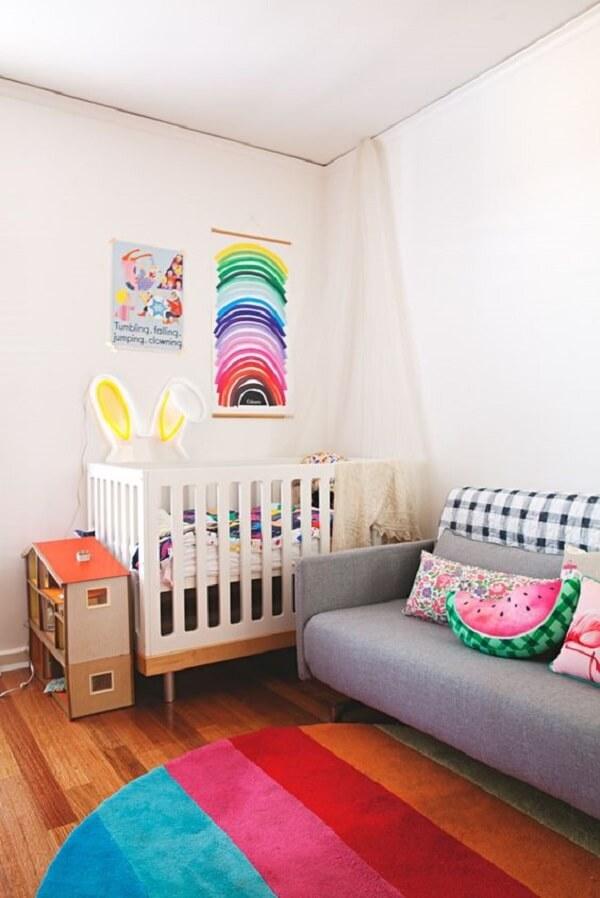 O tapete redondo para quarto infantil neutro pode trazer o ponto de cor que o dormitório precisava