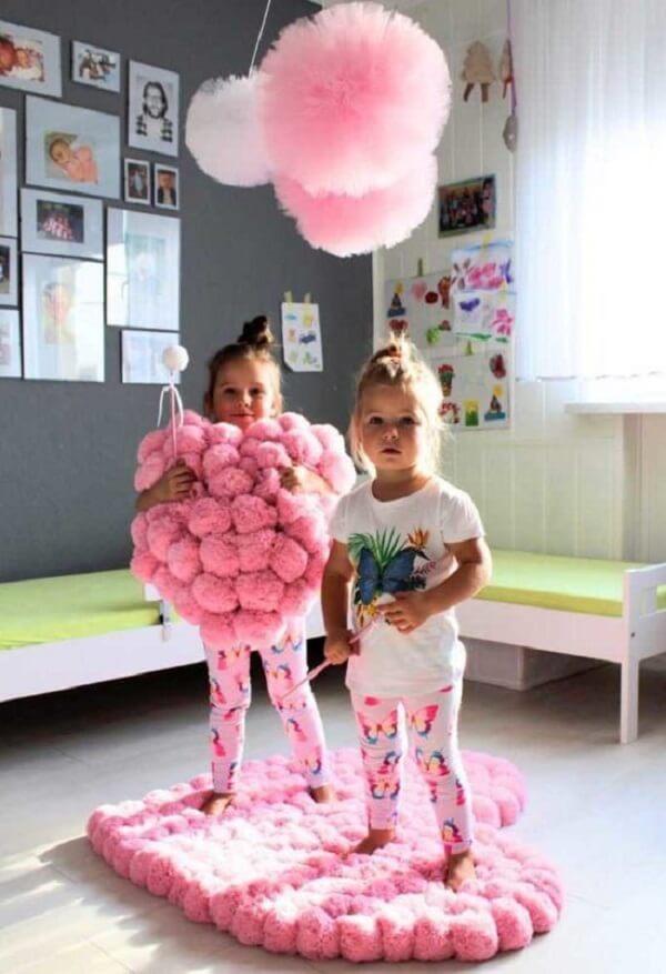 O tapete rosa para quarto infantil feito em pompons é macio e tem a capacidade de absorver o impacto de tombos e quedas