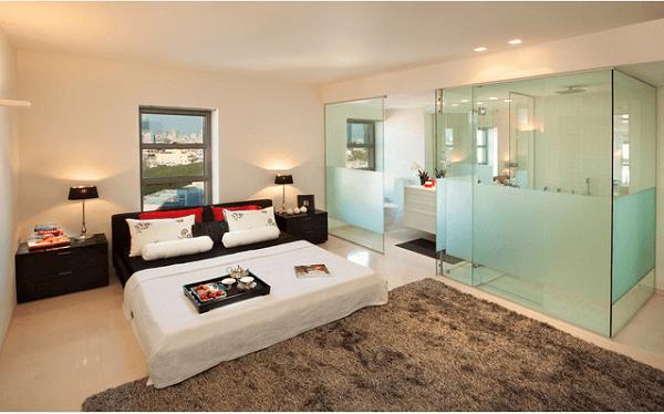 O vidro jateado traz personalidade para o quarto com suíte
