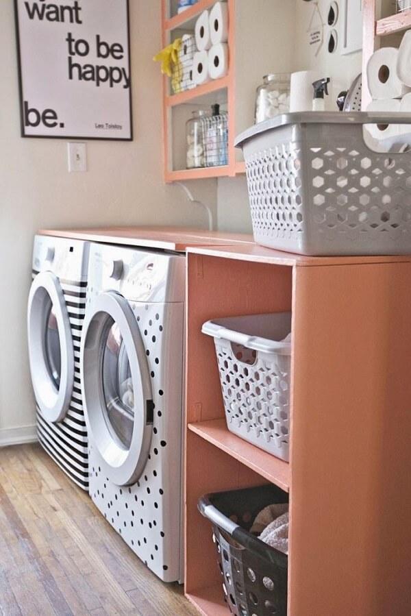 Os cestos ajudam na organização e os adesivos nas máquinas de lavar ajudam na decoração da área de serviço simples