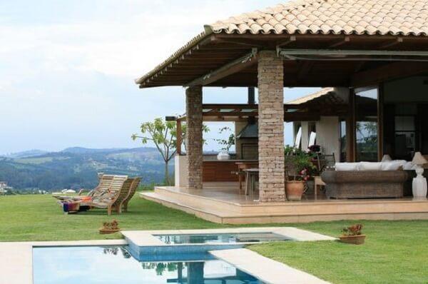 Os lugares altos são os mais disputados para estruturar as casas de campo com varanda e piscina