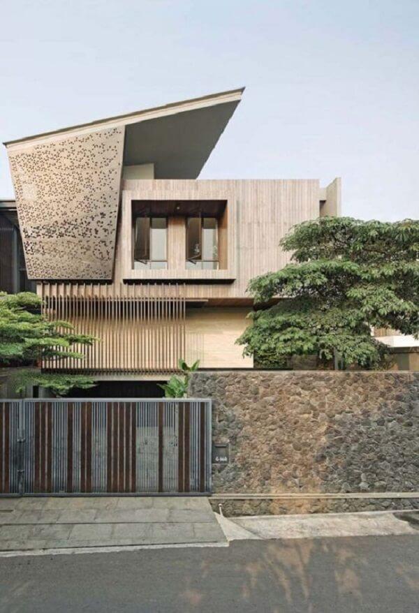 Os muros de pedras rústicas chamam a atenção nesse projeto