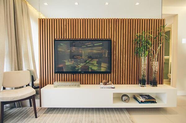 Para a sala de estar foi escolhido rack com painel ripado