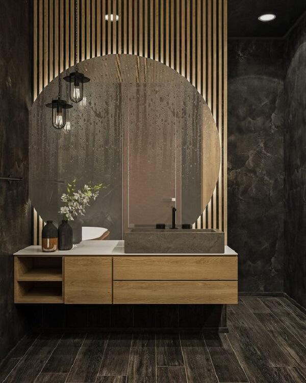 Para o banheiro aposte no painel ripado com espelho