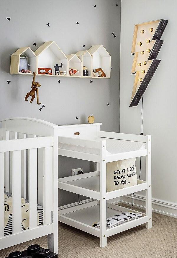 Parede de quarto de bebê decora com nicho casinha