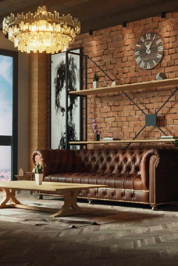 Parede de tijolinho aparente e lustre industrial complementam a decoração do espaço