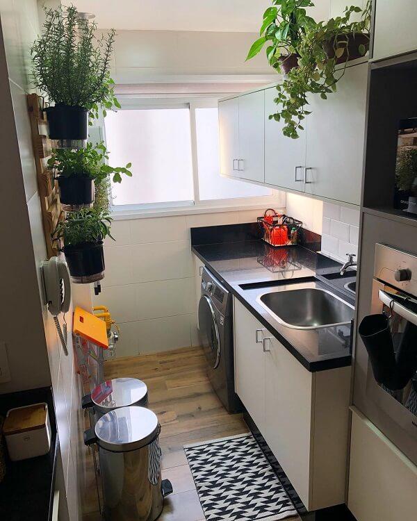 Plantas ajudam a alegrar a área de serviço pequena e simples
